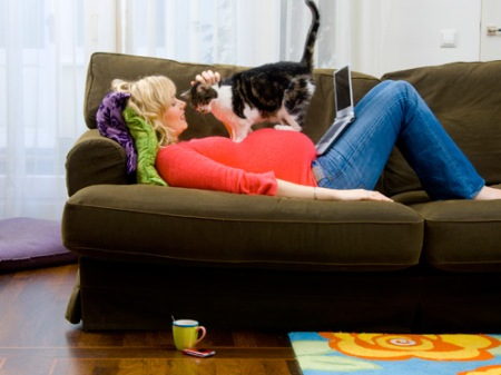 06-pregnant-woman-cat-couch-lgn