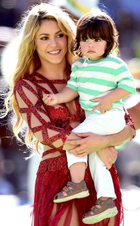 rs_634x1024-140713135307-634.Shakira-Milan-Pique-World-Cup.jl.071314